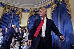 Вице-президент Майк Пенс беседует с гостями, в то время как президент Дональд Трамп покидает Синюю комнату Белого дома в Вашингтоне в понедельник, 24 июля 2017 года, фото из архива