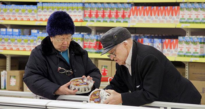 Покупатели выбирают мороженое у прилавка маркета, фото из архива