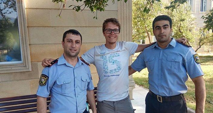 Гражданин Польши Себастьян Гмерек с сотрудниками полиции  Махиром Нуралиевым и Ниджатом Османовым