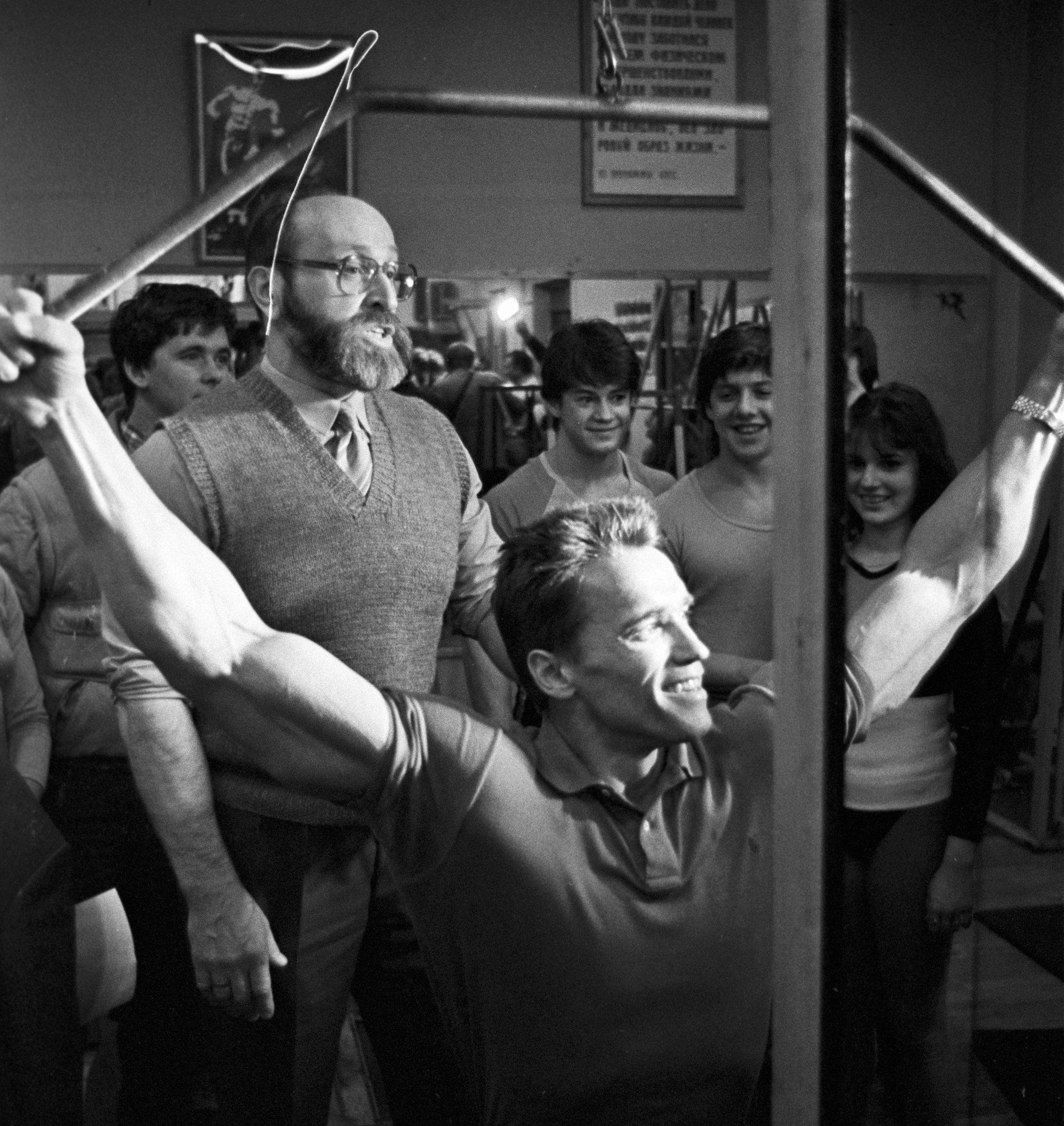 Американский актер и культурист Арнольд Шварценеггер во время съемок американского видеофильма Красная жара встретился со своим кумиром Юрием Власовым, выдающимся советским тяжелоатлетом, экс-чемпионом Европы и мира, чемпионом Олимпийских игр, председателем Федерации тяжелой атлетики ССР