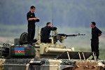 Экипаж танка Т-72 команды Азербайджана во время соревнований по танковому биатлону в рамках Армейских международных играх АрМИ-2017 на полигоне Алабино в Московской области