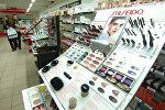 В магазине парфюмерии и косметики, фото из архива