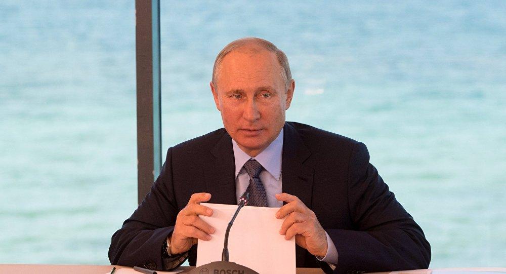 Президент РФ Владимир Путин проводит совещание по вопросам экологического развития Байкальской природной территории в поселке Танхой во время посещения Байкальского государственного природного биосферного заповедника
