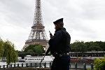 Сотрудник полиции в Париже, фото из архива