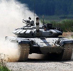 Экипаж команды армии Казахстана участвует в индивидуальной гонке соревнований по танковому биатлону Армейских международных Игр-2017 на подмосковном полигоне Алабино