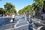 Горожане на Площади Фонтанов в Баку