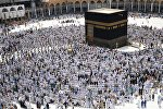Паломники во время хаджа становятся на молитву вокруг Каабы в мечети Масджид аль-Харам в Мекке