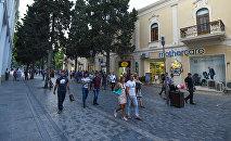 Горожане на одной из центральных улиц Баку