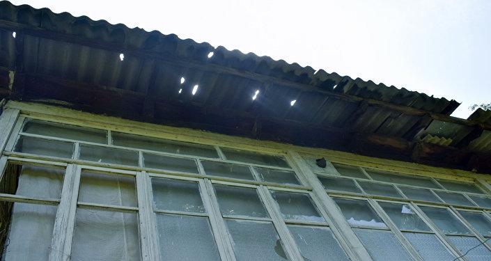 Крыша дома, поврежденная градом