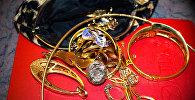 Золотые украшения, фото из архива
