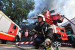 Сотрудник противопожарной службы во время тушения пожара в торговом центре Атом на Таганской площади в Москве
