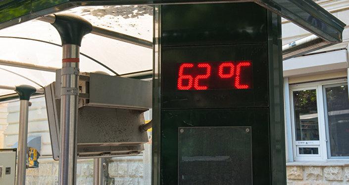 Уличный термометр на автобусной остановке в Баку