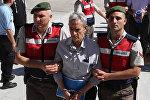 Подсудимого Акына Озтюрка ведут в здание суда по тяжким преступлениям в Анкаре, 1 августа 2017 года