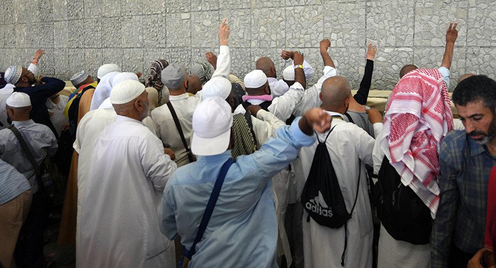 Паломники в здании Джамарата во время ритуала бросания камней