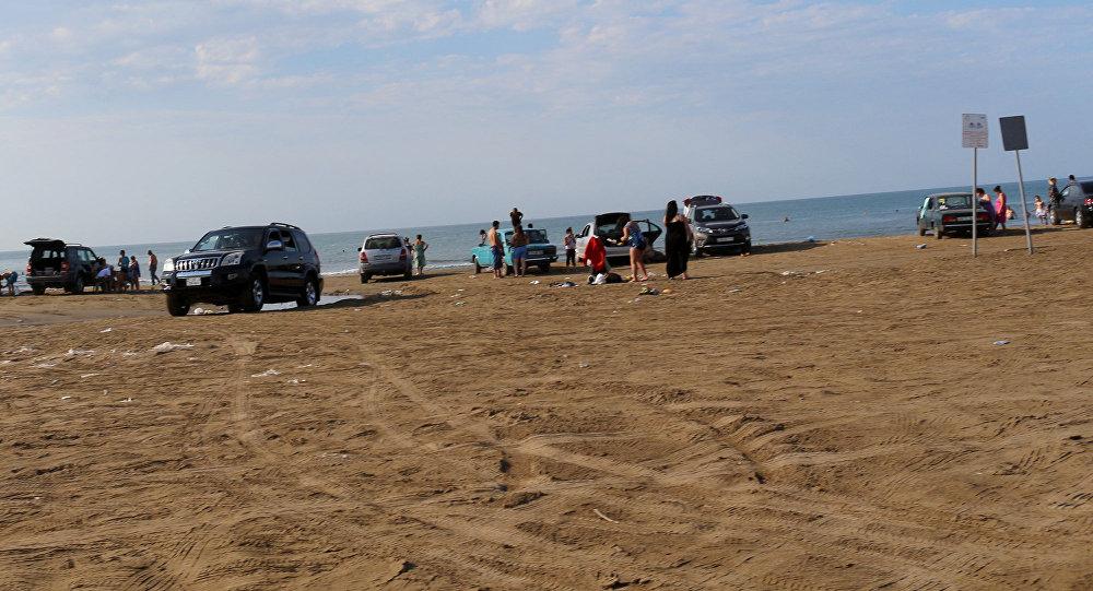 Отдыхающие на берегу одного из абшеронских пляжей, фото из архива