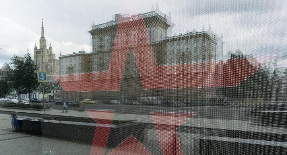 Здание посольства США в РФ отражается в окне магазина Армия России в Москве, 3 августа 2017 года