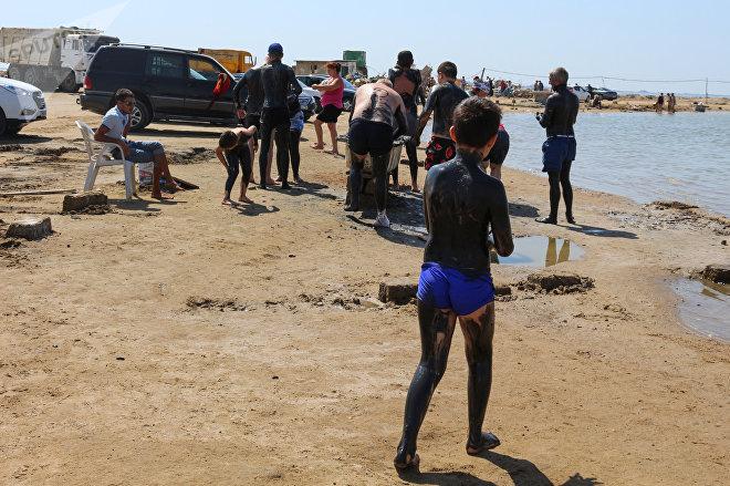 По словам местных жителей, здешняя грязь очень полезна для кожи