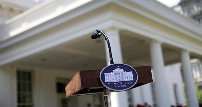 Трибуна с микрофоном перед Белым домом, фото из архива