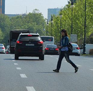 Девушка переходит дорогу в неположенном месте