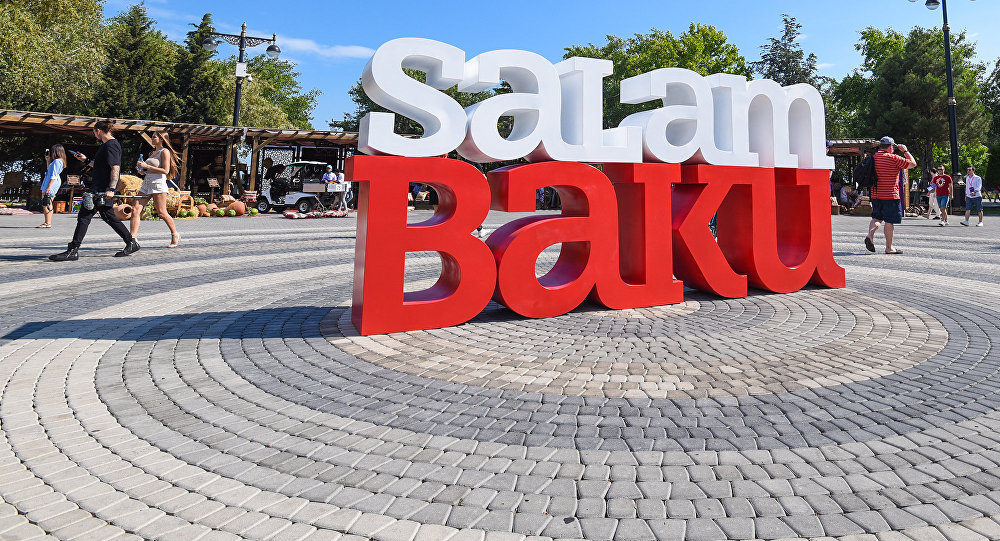 Инсталляция Salam Baku в Бакинском приморском парке