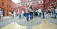 Аббасгулу Сафаров и Севда Фатуллаева во время прогулки участников шоу Ты супер! Танцы по Москве