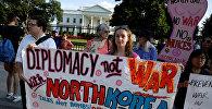 Протестующие призывают к мирным переговорам с Северной Кореей во время пикета перед Белым домом в Вашингтоне, США, 9 августа 2017 года