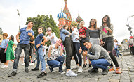 Участники шоу Ты супер! Танцы во время прогулки по Москве