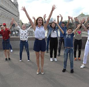 Эмма Гаджиева прогулялась с участниками конкурса Ты супер! Танцы по Москве