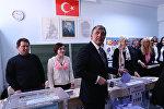 Президент Турции Абдулла Гюль голосует на муниципальных выборах на избирательном участке в Анкаре, 30 марта 2014 года