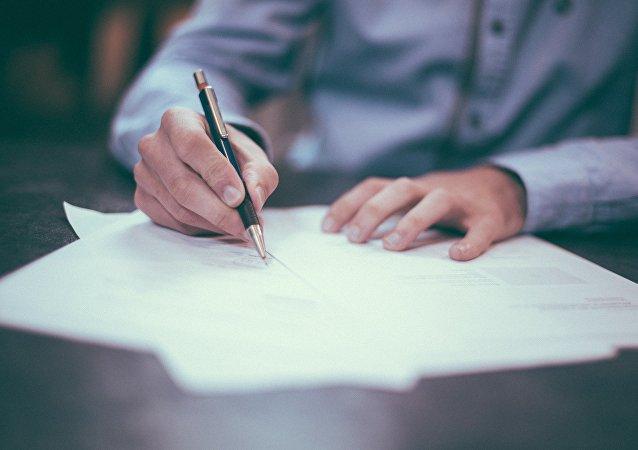 Человек, работающий с документами