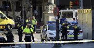 Медики и полицейские в районе наезда микроавтобуса на пешеходов в Барселоне, 17 августа 2017 года