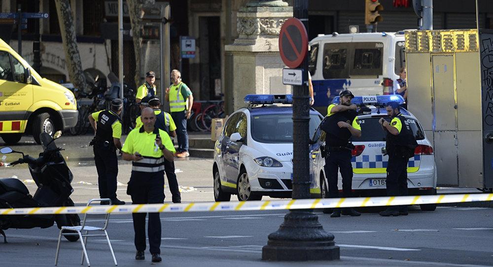 ВБарселоне неизвестные захватили заложников неподалеку от места наезда пикапа натолпу