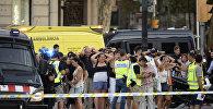 Полициейские на месте наезда микроавтобуса на пешеходов в Барселоне, 17 августа 2017 года
