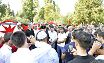Шейх Хамзат на могиле Ровшана Лянкяранского