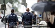 Полицейские на месте происшествия, где неизвестный напал с ножом на прохожих в финском городе Турку, 18 августа 2017 года