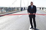 Президент Ильхам Алиев разрезает ленту на открытии дороги, фото из архива
