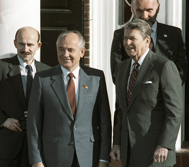 Генеральный секретарь ЦК КПСС Михаил Горбачев и президент США Рональд Рейган