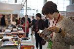 Посетительница международной книжной выставки-ярмарки, фото из архива