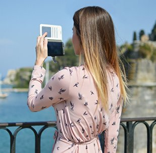 Девушка с мобильным телефоном, фото из архива