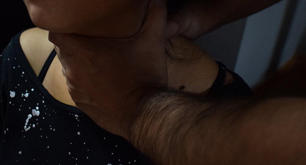 Мужчина душит женщину, фото из архива
