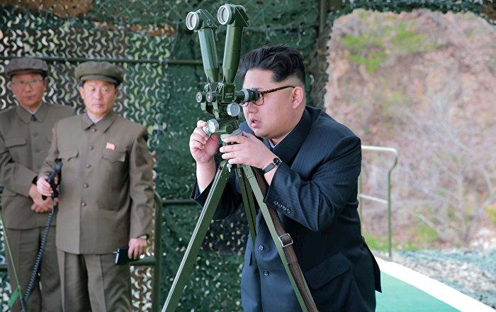 Ким Чен Ын наблюдает за запуском баллистической ракеты, фото из архива