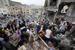Səudiyyə Ərəbistanının Sanaa şəhərində baş vermiş hava hücumundan sonra, insanlar dağıntılar arasında yaxınlarını axtarır