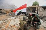 Солдаты сирийской армии (САА) с флагом Сирии радуются освобождению Пальмиры