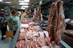 Покупатели у прилавка с мясом