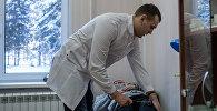 Врач за осмотром пациента, фото из архива