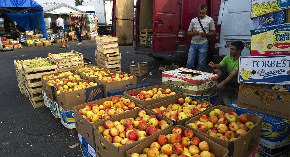 Торговля яблоками на оптово-розничном рынке в Симферополе, фото из архива