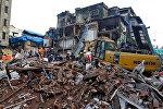 Hindistanın Mumbay şəhərində çökən bir binanın qarşısında xilasetmə işlərini aparılır