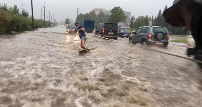 В Пскове парень проехался по затопленной после дождя улице на вейкборде