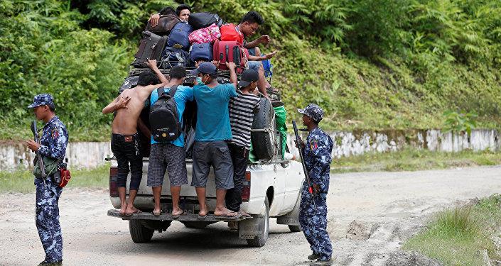 Maunqdauda şəhərindəki qırğından qaçıb Bunidaunq şəhərinə sığınmış etnik arakanlar, Myanma, 28 avqust 2017-ci il