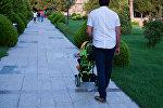 Мужчина с детской коляской, фото из архива